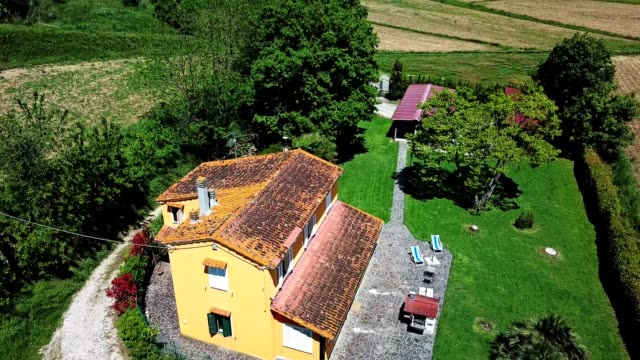aerial view of a countryside home in the tuscany hills - tuscany stock videos & royalty-free footage