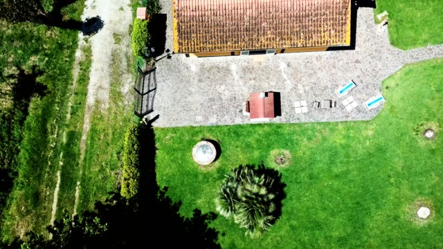 stockvideo's en b-roll-footage met luchtfoto van een landelijk huis in de toscaanse heuvels - toscane