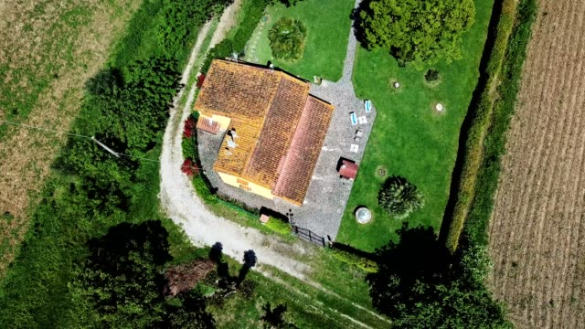 aerial view of a countryside home in the tuscany hills - masseria video stock e b–roll