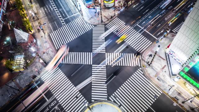 t/l ws ha aerial view of a crossroad at night / tokyo, japan - straßenkreuzung stock-videos und b-roll-filmmaterial