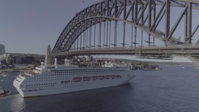 vídeos y material grabado en eventos de stock de aerial view of a cruise ship going under the sydney harbour bridge. sydney australia - crucero vacaciones