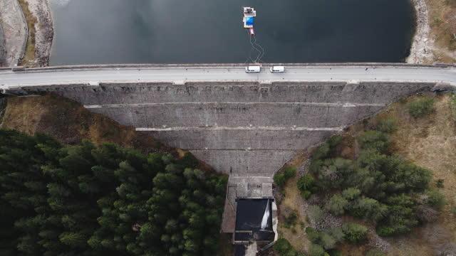 stockvideo's en b-roll-footage met luchtmening van een muur van de dam. waterkrachtcentrale bij hoge bergen. hes centrale. - dam mens gemaakte bouwwerken