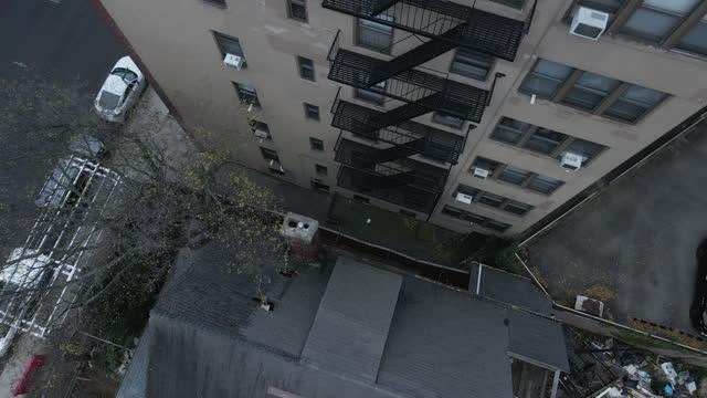 aerial view of a fire escape outside of a brooklyn apartment - 非常階段点の映像素材/bロール