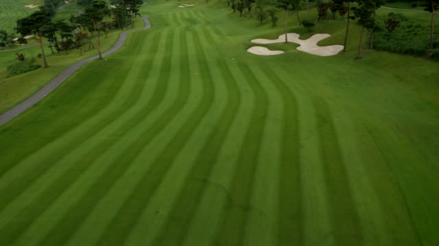 aerial view of a golf course in korea - golfplatz green stock-videos und b-roll-filmmaterial