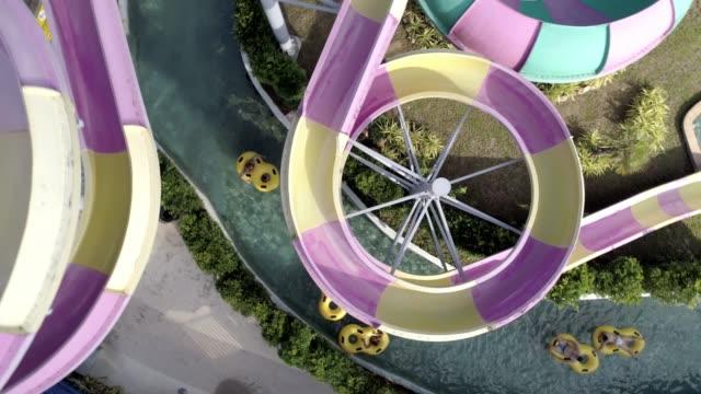 vidéos et rushes de vue aérienne d'un groupe de personnes bénéficiant d'un parc aquatique sur anneaux gonflables - parc d'attractions