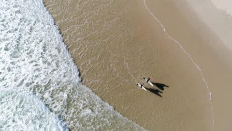 vídeos y material grabado en eventos de stock de vista aérea de un grupo de surfistas en el mar - surf