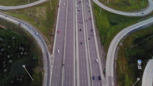 高速道路交差点の航空写真 - シカゴ市点の映像素材/bロール