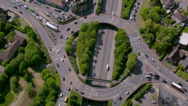 vídeos de stock, filmes e b-roll de vista aérea de uma rotunda da estrada em londres, uk. 4k - junção de rua ou estrada