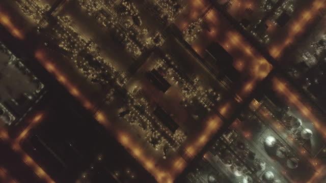 vídeos de stock e filmes b-roll de aerial view of a huge petrochemical plant in night - refinaria de petróleo