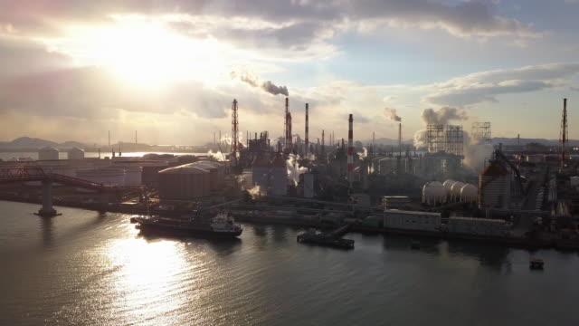 vídeos de stock e filmes b-roll de aerial view of a japanese petrochemical plant - fábrica petroquímica