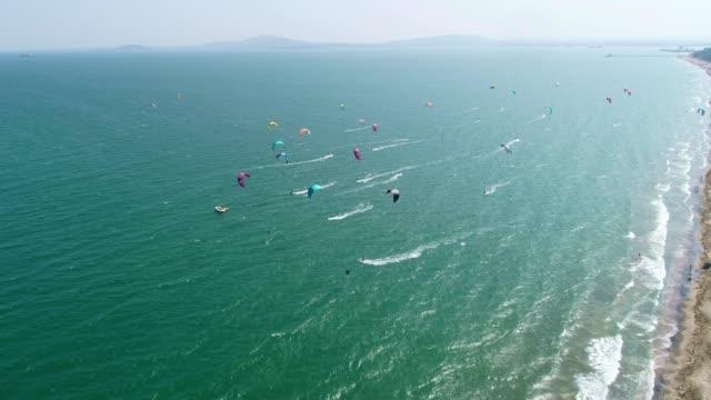Luchtfoto van een kite surf regatta op de zee kust, turkoois water, competitie, watersporten, event, racen, extreme sport, avontuur, bestemmingen, reizen wanderlust