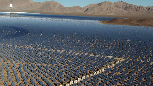 luftaufnahme einer großen solarfarm in kalifornien - nevada stock-videos und b-roll-filmmaterial