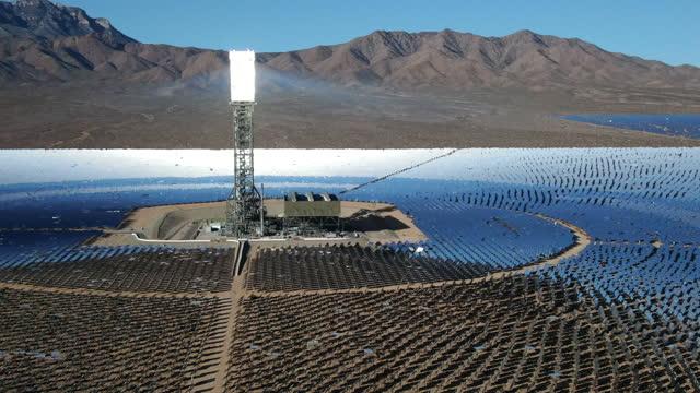luftaufnahme einer großen solarfarm in kalifornien - clean stock-videos und b-roll-filmmaterial