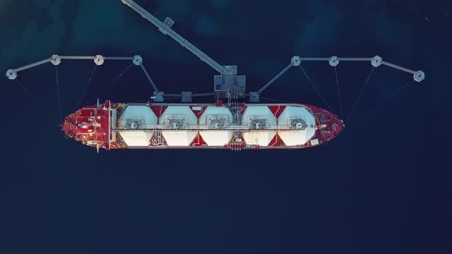 vídeos y material grabado en eventos de stock de aerial view of a liquefied natural gas (lng) tanker moored to the jetty. oil and gas industry. - embarcación industrial