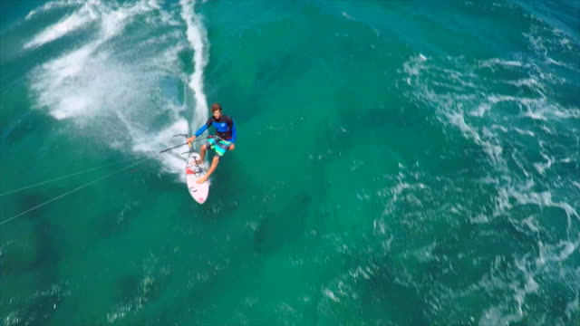 vidéos et rushes de aerial view of a man kitesurfing in hawaii. - slow motion - îles hawaï