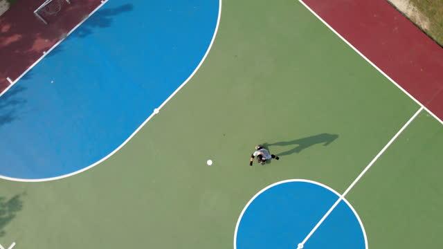 vídeos de stock, filmes e b-roll de aerial view of a man skateboarding - inclinação
