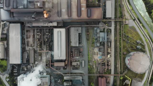 vidéos et rushes de vue aérienne d'une usine métallurgique. - chemistry