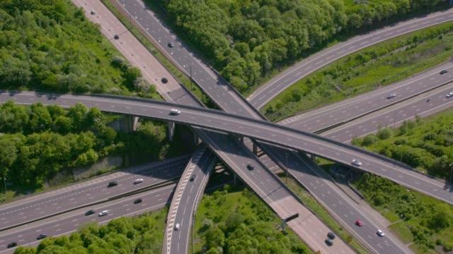 vidéos et rushes de vue aérienne d'une jonction d'autoroute m25 m40, uk. 4k - autoroute
