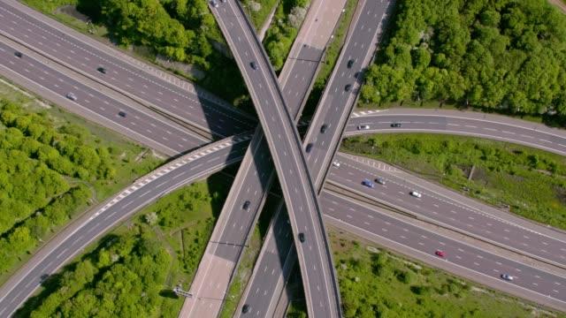 vídeos de stock e filmes b-roll de aerial view of a motorway junction m25 m40, uk. 4k - road junction