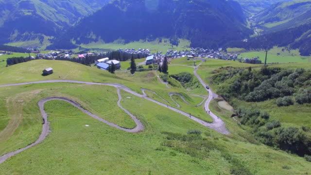 aerial view of a mountain biker on a scenic singletrack trail. - nur junge männer stock-videos und b-roll-filmmaterial