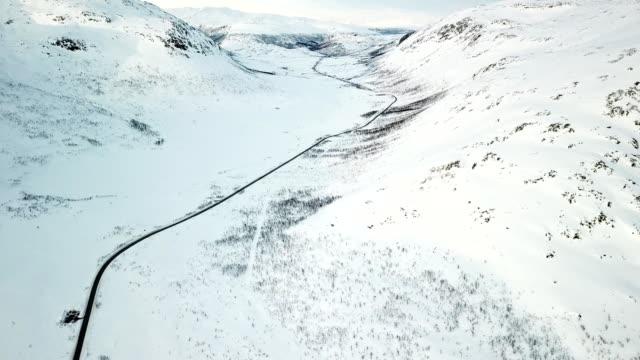 luftaufnahme von einer berg-raod in norwegen in tromsø - privatfahrzeug stock-videos und b-roll-filmmaterial
