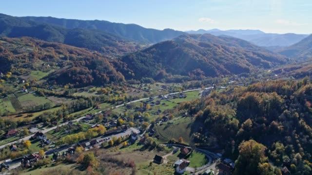 vídeos y material grabado en eventos de stock de vista aérea de un pueblo de montaña, drvengrad, mokra gora - contraluz