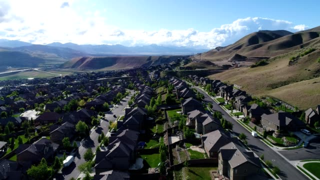 vídeos de stock, filmes e b-roll de aerial view of a neighborhood in lehi utah - utah