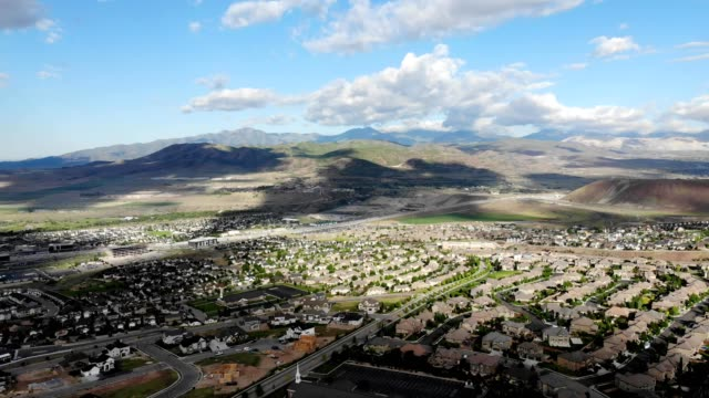 vídeos de stock, filmes e b-roll de aerial view of a neighborhood in lehi, utah - lehi