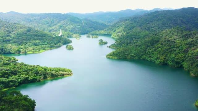 vídeos de stock e filmes b-roll de aerial view of a quiet lake surrounded by forests. - paisagem cena não urbana
