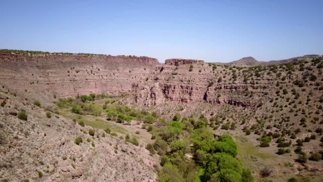 vídeos de stock, filmes e b-roll de aerial view of a river through a canyon in chino valley arizona - cottonwood canyon