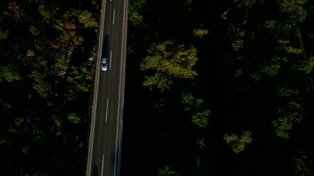 luftbild von einer straße und fluss - schrägansicht stock-videos und b-roll-filmmaterial