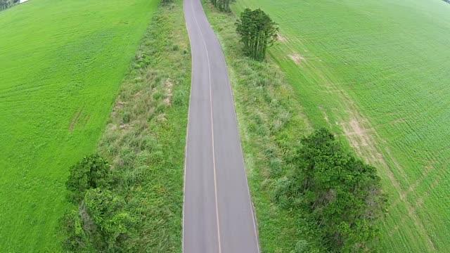 vídeos y material grabado en eventos de stock de aerial view of a road in isidolmokjang farm in jeju island - carretera vacía
