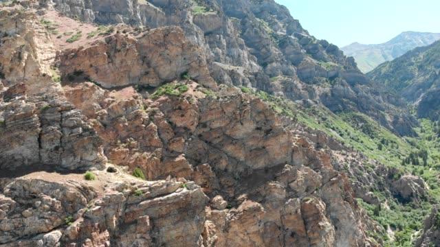 vídeos de stock, filmes e b-roll de aerial view of a rocky landscape in provo utah - provo