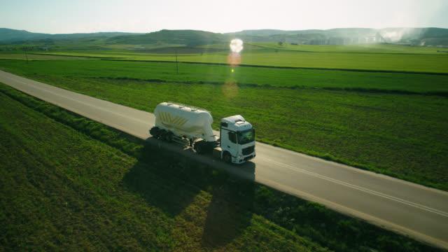 luftaufnahme eines sattelschleppers auf der straße in wunderschöner landschaft - kamerafahrt auf schienen stock-videos und b-roll-filmmaterial