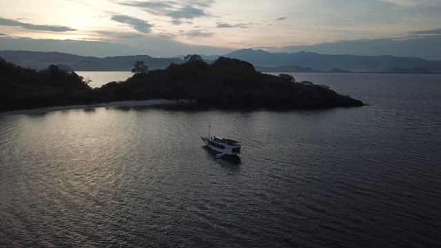 aerial view of a ship in the ocean near komodo national park - フロレス点の映像素材/bロール
