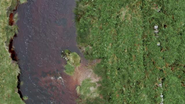 stockvideo's en b-roll-footage met luchtfoto van een kleine schotse rivier - galloway schotland