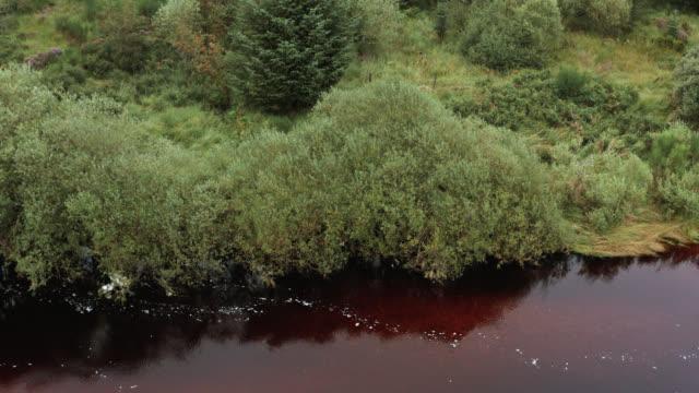 vídeos y material grabado en eventos de stock de vista aérea de un pequeño río escocés - johnfscott