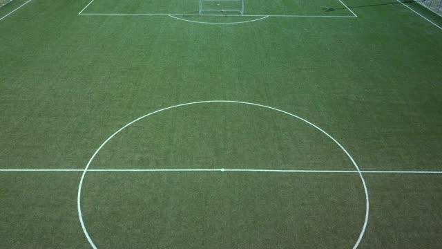 vidéos et rushes de vue aérienne d'un terrain de soccer - terrain de sport sur gazon