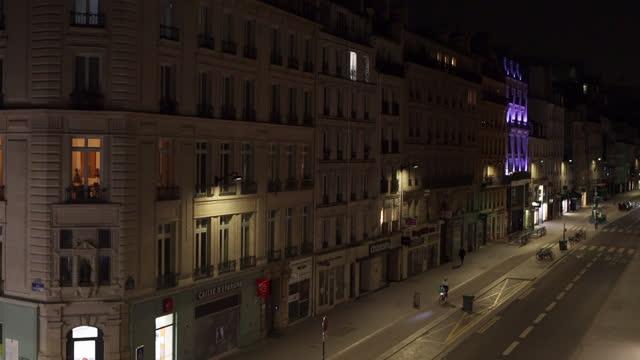 vídeos de stock e filmes b-roll de aerial view of a street in paris, in the evening after the start of 7 p.m. curfew - frança