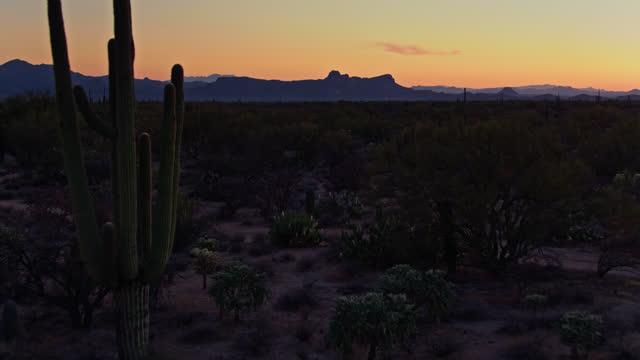 vídeos de stock e filmes b-roll de aerial view of a sunset landscape outside tucson, arizona - terreno inóspito