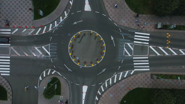 vidéos et rushes de vue aérienne d'un rond-point du carrefour giratoire - carrefour