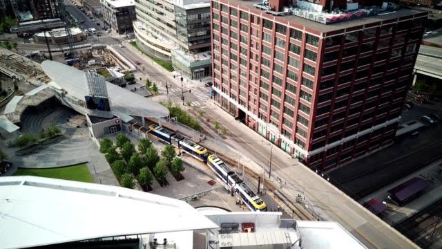 vídeos y material grabado en eventos de stock de aerial view of a train entering a building in minneapolis minnesota - tranvía