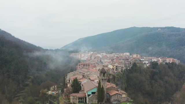 stockvideo's en b-roll-footage met lucht mening van een typisch klein dorp in catalonië. spanje - roca