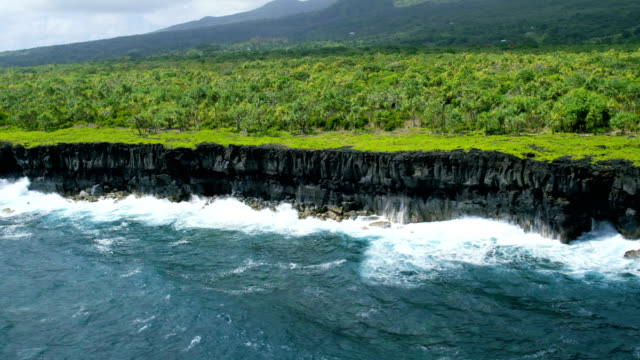 aerial view of a volcanic shoreline maui hawaii - hawaii inselgruppe stock-videos und b-roll-filmmaterial