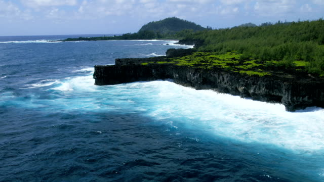 aerial view of a volcanic shoreline maui hawaii - hawaii inselgruppe stock-videos und b-roll-filmmaterial