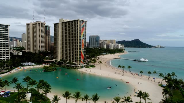 vidéos et rushes de aerial view of a waikiki hotel beach in honolulu hawaii - îles hawaï
