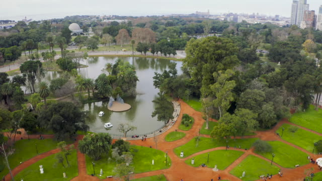 vídeos de stock, filmes e b-roll de aerial view of a walking and leisure park in buenos aires city, argentina - buenos aires