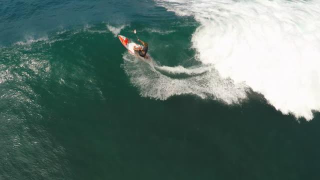 aerial view of a wipeout sup stand-up paddleboard surfing in hawaii. - falla av bildbanksvideor och videomaterial från bakom kulisserna