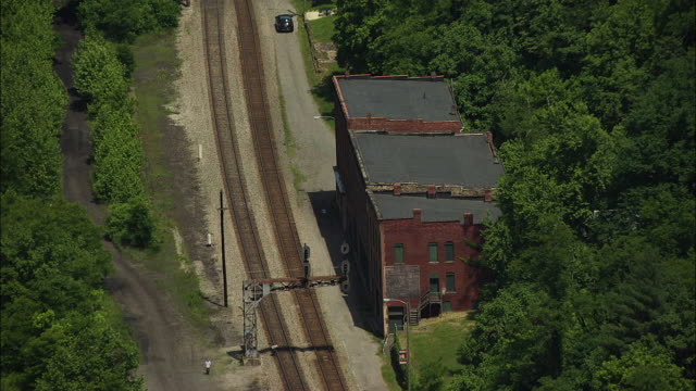 vídeos de stock e filmes b-roll de aerial view of abandoned buildings in former coal mining town - appalachia