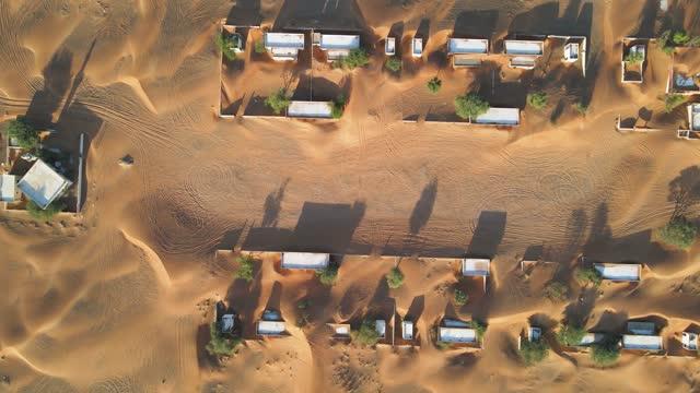 砂丘に追い越されたドバイ近郊のアラブ首長国連邦の砂漠で放棄された家の空中写真 - village点の映像素材/bロール